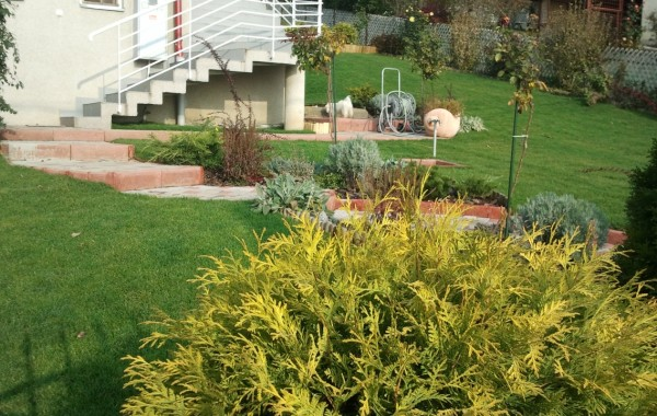 Sistem de irigat si gazonare cu rulou la gradina pe panta